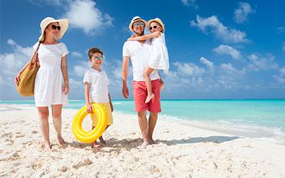 Famiglia_estate_spiaggia_protezione_bambini_pelle_doposole